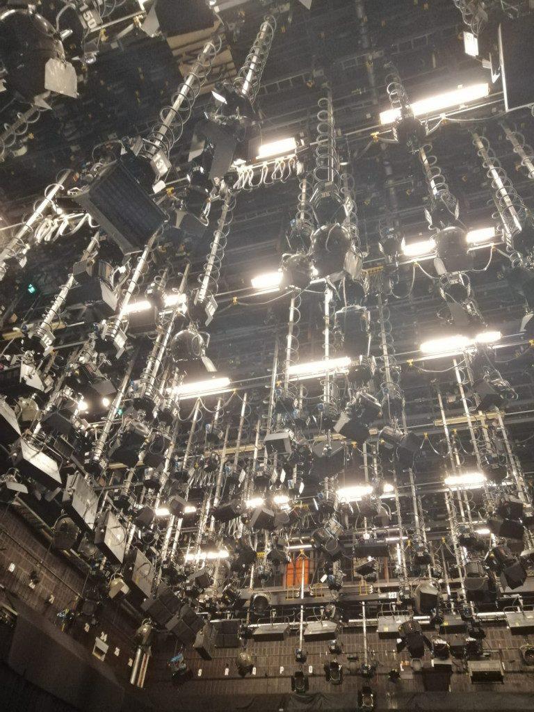 Ylen studion katto on täynnä valoja.