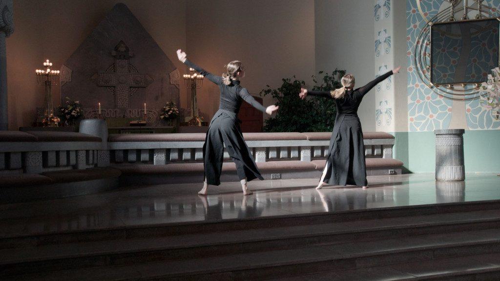Kaksi tanssijaa kirkon etuosassa.