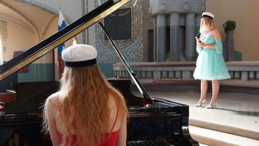 Pianisti ja laulaja ylioppilaslakeissaan.