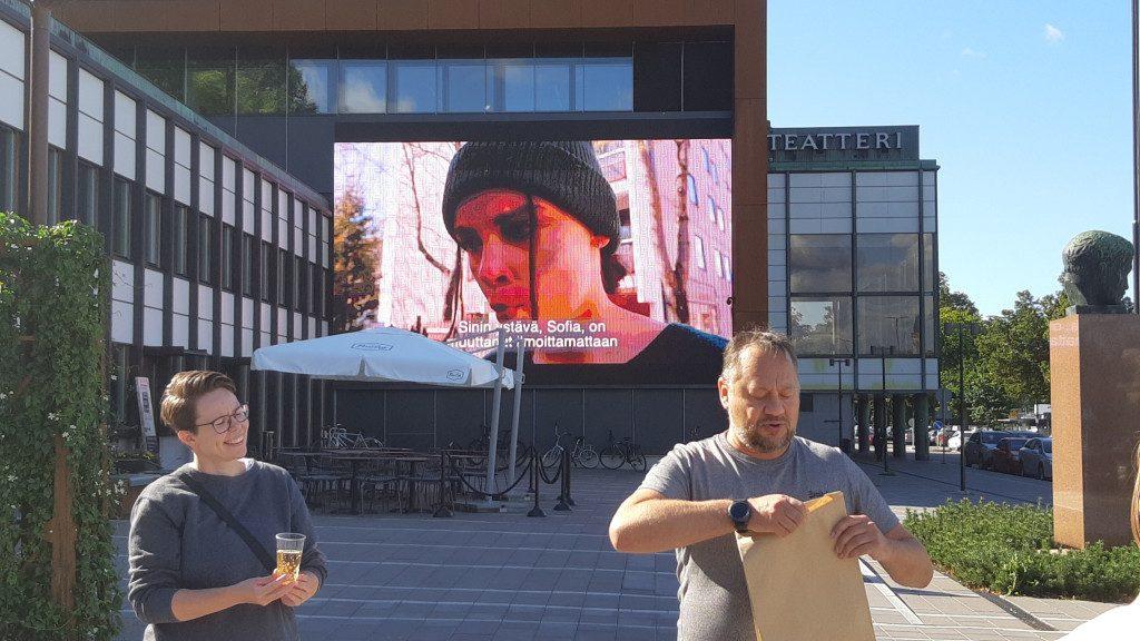 Maria Peltoniemi ja Mattus Alsi teatterin valotaulun edessä.