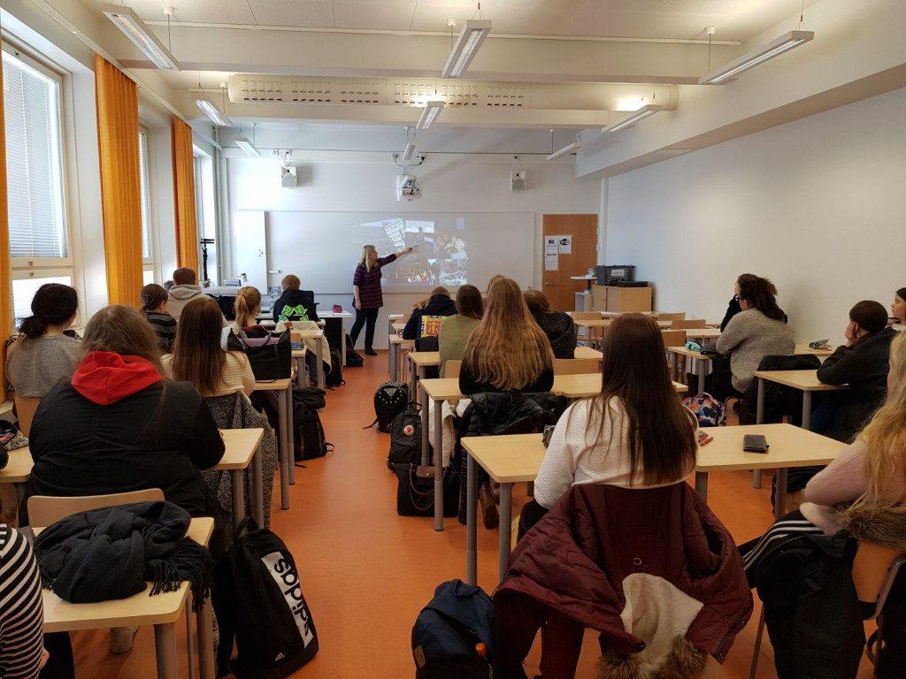 Vaasan lyseon lukion opiskelijat tutustumassa vaihto-opiskelijaohjelmiin ruotsin tunnilla.