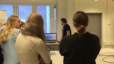TSYKin opiskelijoita vierailemassa Turun ammattikorkeakoululla terveysteknologian luennolla.