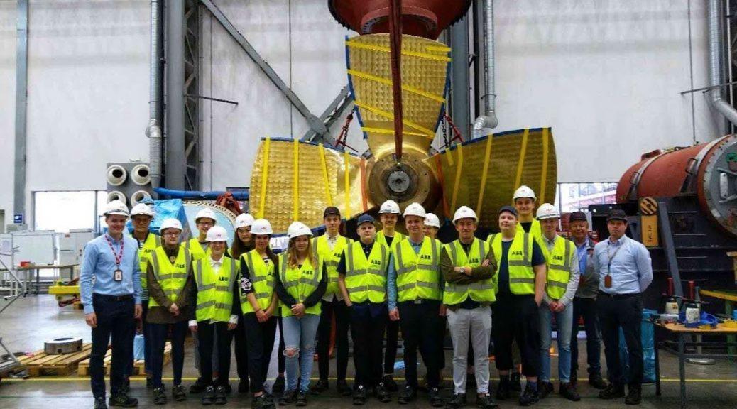 Vaasan lyseon opiskelijoita ja ABB:n työntekijöitä ABB:n tehtaalla Shanghaissa.
