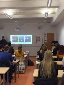 Vaasan Seudun Kehitys Oy:n projektipäällikkö Göran Östberg puhuu lukiolaisille kestävästä kehityksestä luokkahuoneessa.