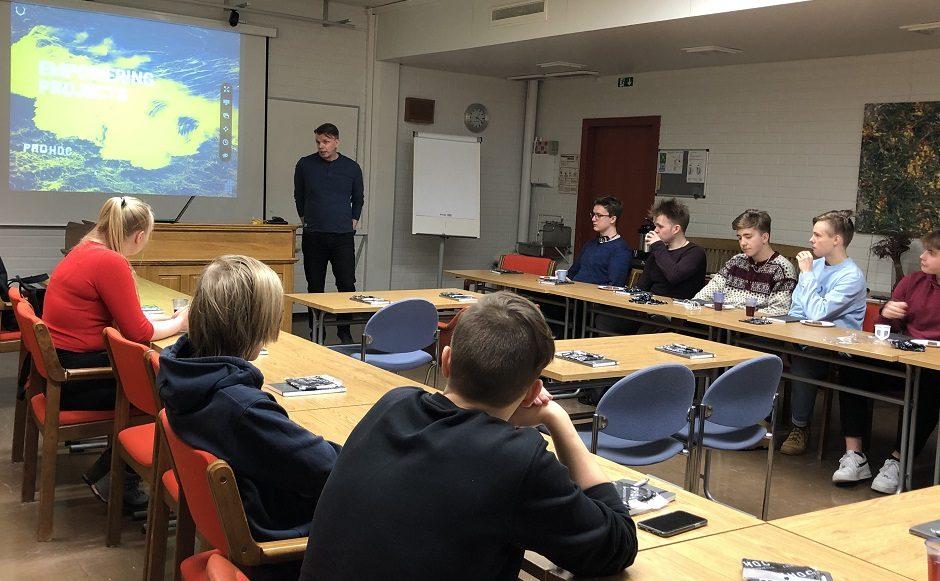 Vaasan lyseon lukion opiskelijoita kuuntelemassa luentoa yrityksen brändin kehittämisestä.