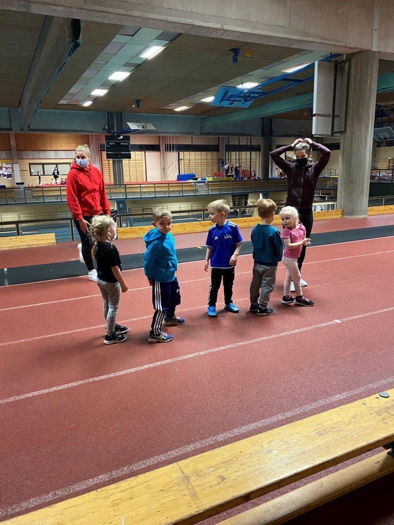 Porin lukion opiskelijoita ohjaamassa lasten urheilukoululaisia.