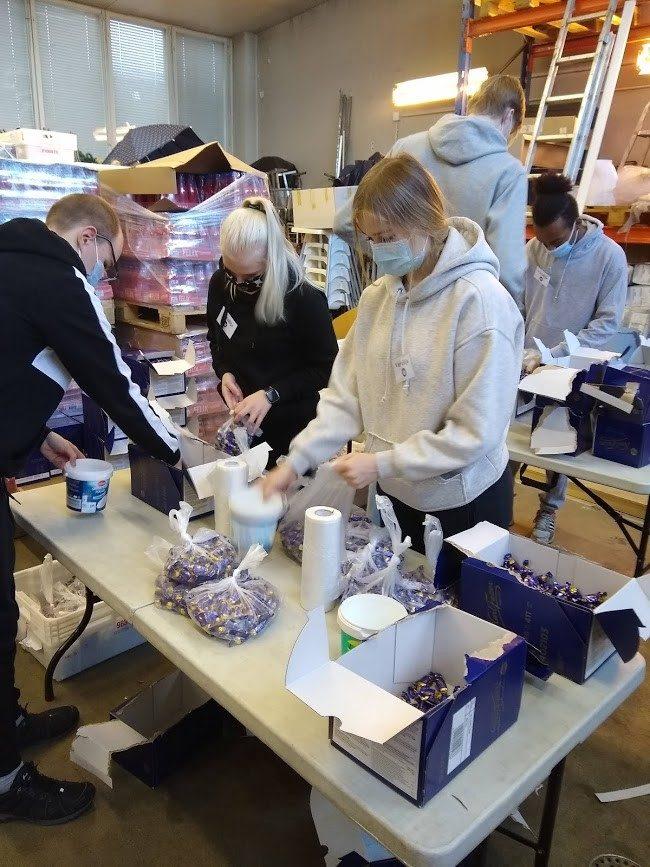 Kerttulin lukion opiskelijoita pakkaamassa joulusuklaita Operaatio Ruokakassissa.