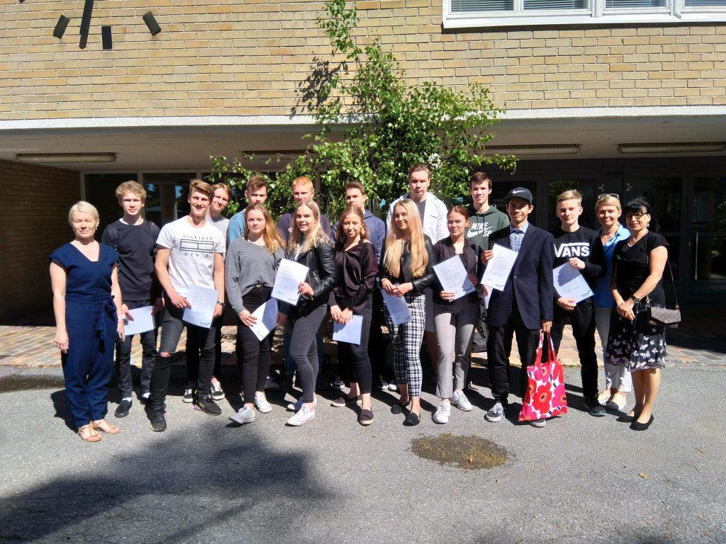 Joukko lukio-opiskelijoita Turun ammattikorkeakoulun pihalla.