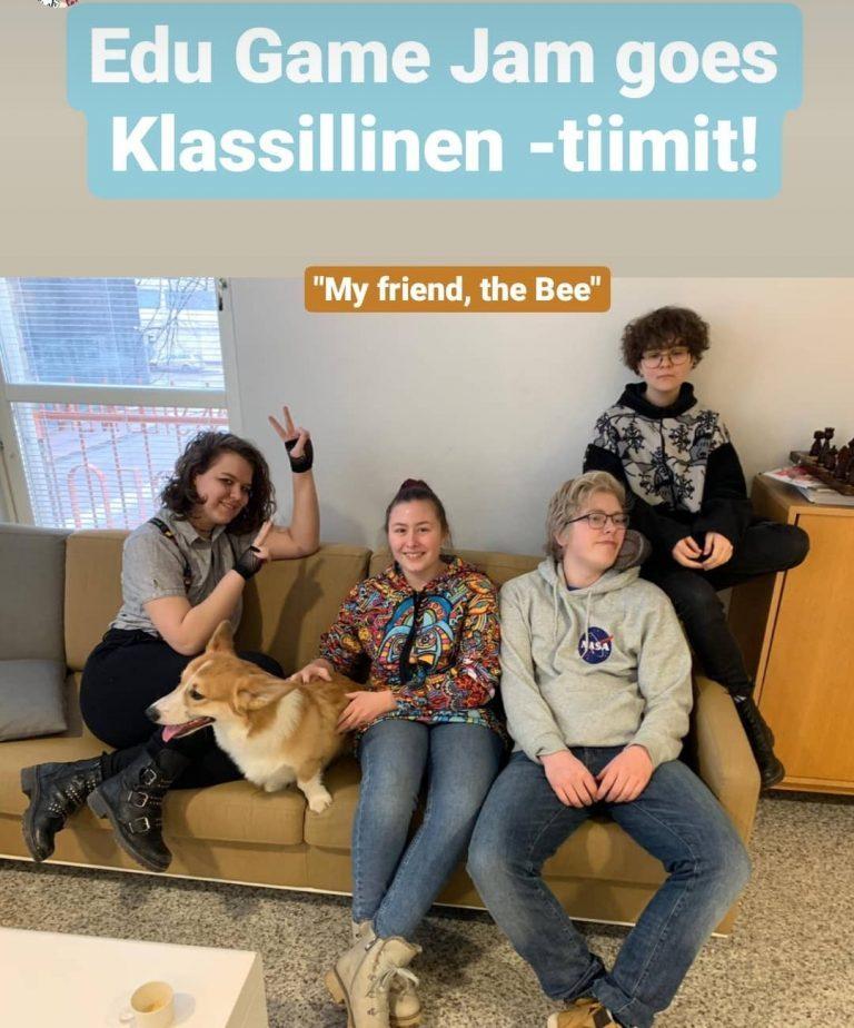 Turun Klassillisen lukion opiskelijoita istumassa sohvalla.