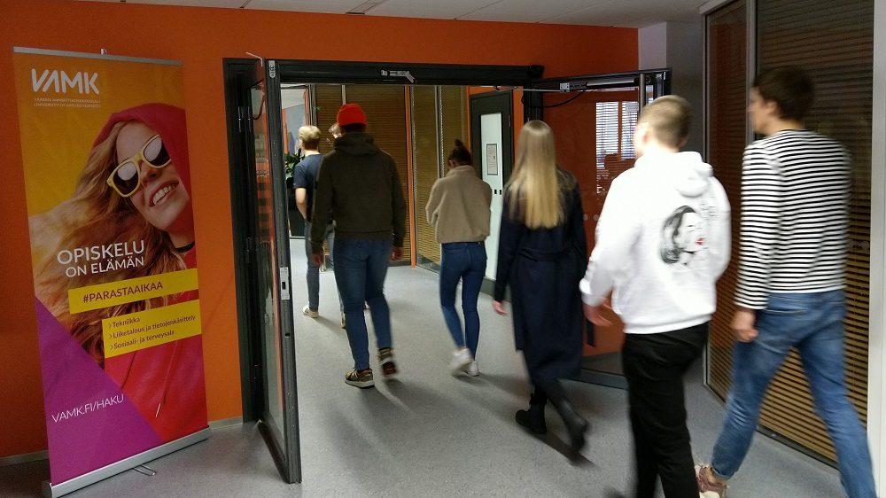 Vaasan lyseon lukion opiskelijoita vierailulla Vaasan ammattikorkeakoulussa.
