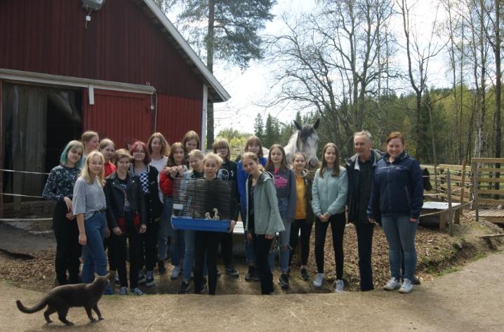 Kuvassa 2018-2019 tipulakerholaiset, Maria Lindholm sekä Ari Kalske.