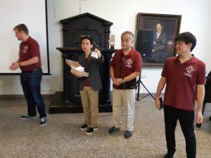 Japanilaiset opettajat tervetuliastilaisuudessa koulun rukousaulassa.