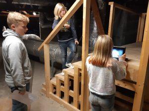 Oppilaita tekemässä elokuvatrailereita koulun vintillä.