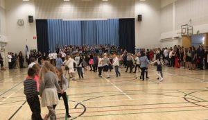 Tanssia liikuntasalissa.