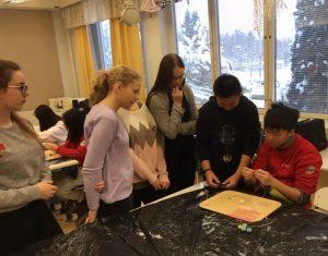 Oppilaat harjoittamassa käden taitoja.
