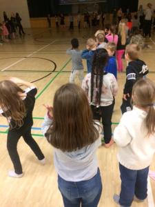 Oppilaiden tanssia liikuntasalissa.