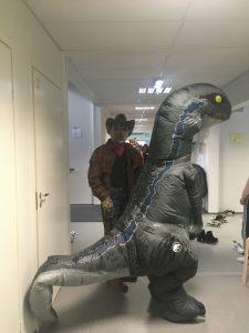 Oppilaat pukeutuneena Halloween-asuihin.