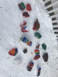 Oppilaiden tekemiä lumimaalauksia