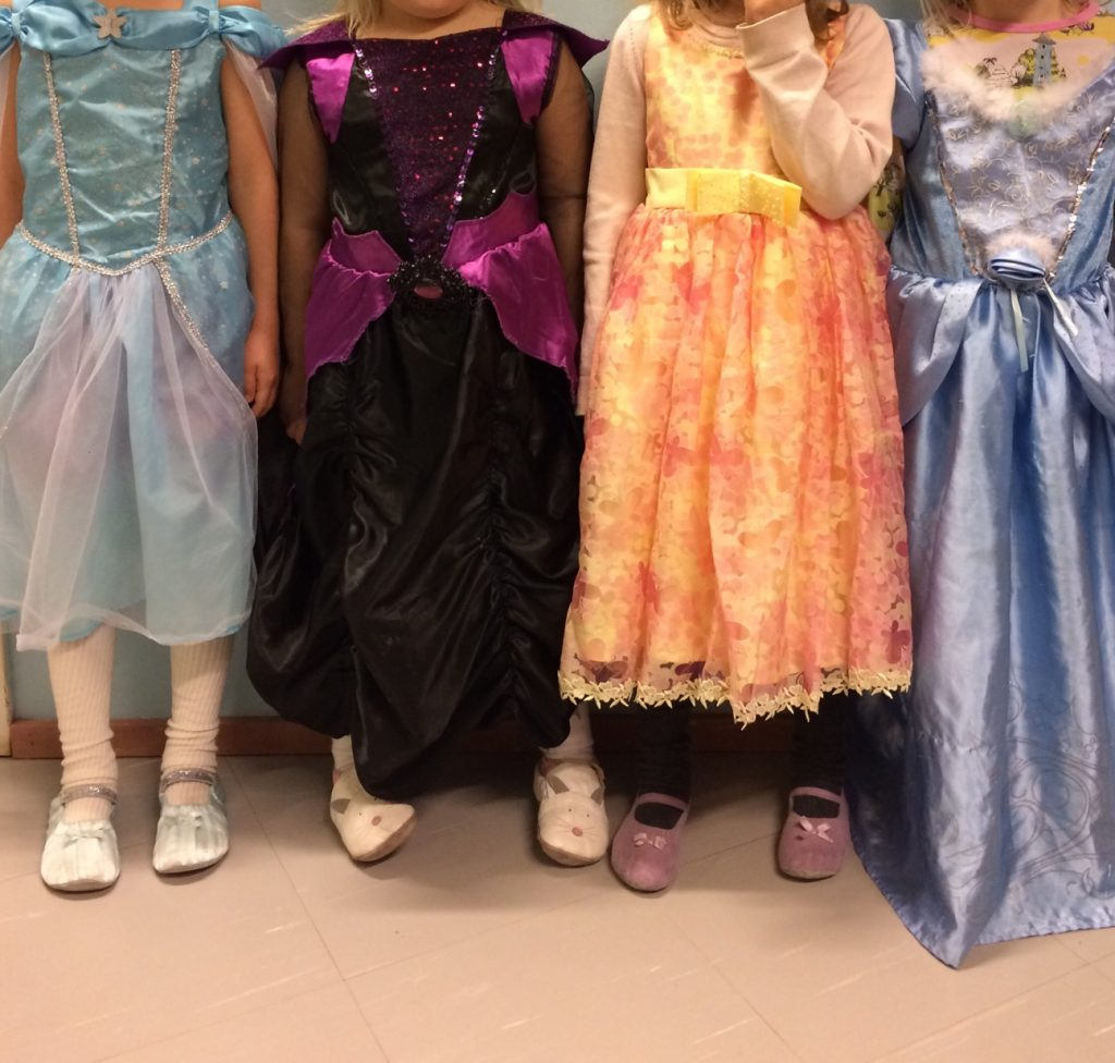 Neljä prinsessaa esittelee vaatteitaan.