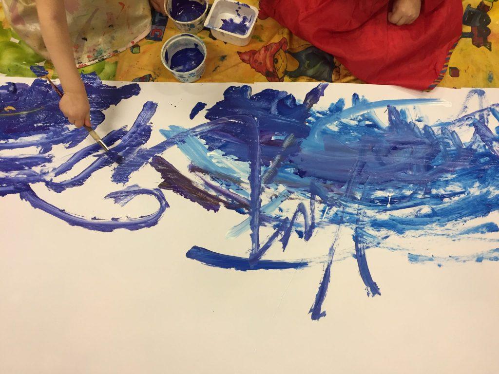 Lapset maalaamassa talvista maisemaa.
