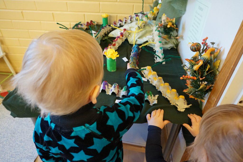 Lapset tutkivat toukkanäyttelyä.