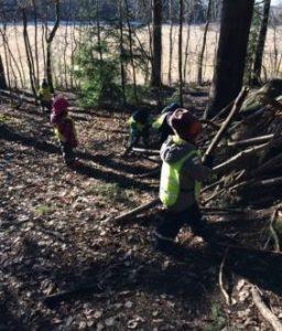 Lapset rakentavat majaa metsässä.