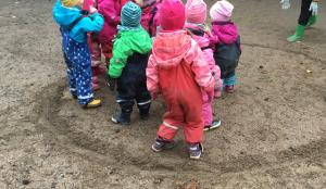 Lapset pelaavat polttopalloa.