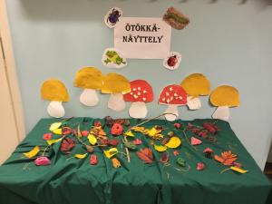 Ötökkänäyttely jossa lasten tekemiä ötököitä ja sieniä.
