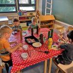 5 Lasta pöydän ääressä askartelemassa taikasieniä.