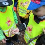 4 lasta tutkii punikkitattia.
