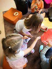 4 lasta tekee koruja pihlajanmarjoista.