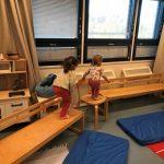 penkeistä ja tuolista tehdyllä radalla tasapainoilee kaksi lasta.