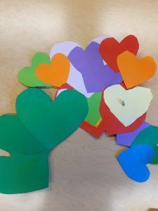Monta värikästä sydäntä liimattu yhteen ja siten tehty iso ystävänpäiväkortti