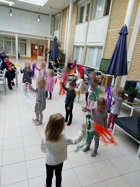 Lapset tanssivat revontulitanssin vanhuksille.