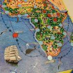 Afrikan tähti pelilauta josta on jo muutama laatta käännetty.