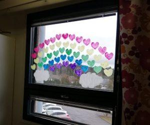 Ikkunaan on maalattu sydämin sateenkaari.