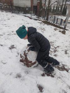 lumipallon pyöritystä.