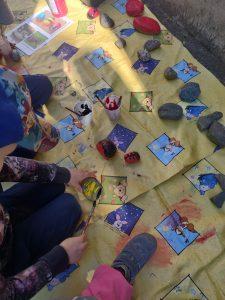 Kivien maalausta ulkona.