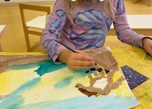 omasta kädestä taiteiltiin poni. Maalattiin kaviot, silmät ja hevosen harja.