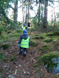 Lapsia metsäpolulla.
