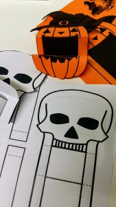 Halloween askarteluja.