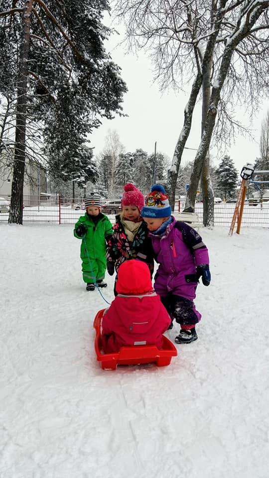 Lapsia talvisissa leikeissä.