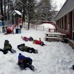 Lapset telmivät lumessa.