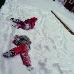 Lapsia lumileikeissä.