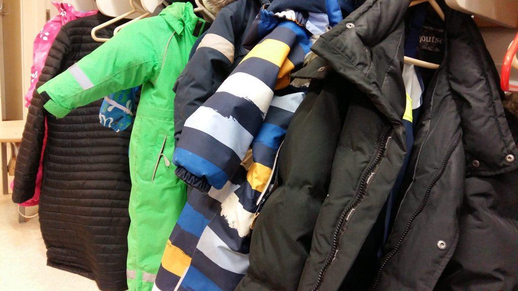 Kaikkien isojen ja pienten takit saatiin mahtumaan.