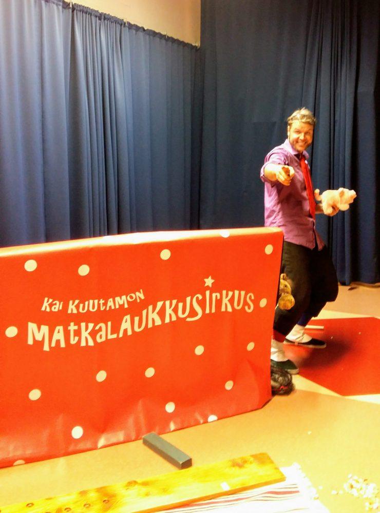 Jonglööri Kai Kuutamo esiintymässä matkalaukkusirkuksineen.