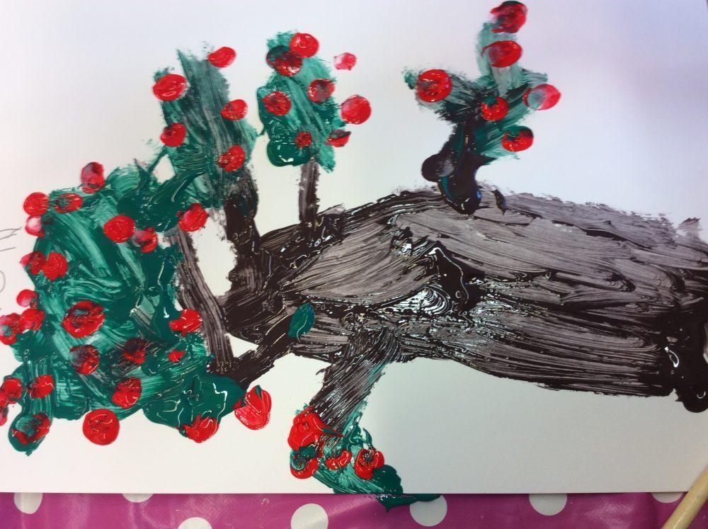 Lapset maalaavat pihlajanmarjapuutaideteoksia.