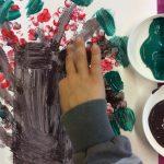 Lapsen maalaus pihlajanmarjapuusta.