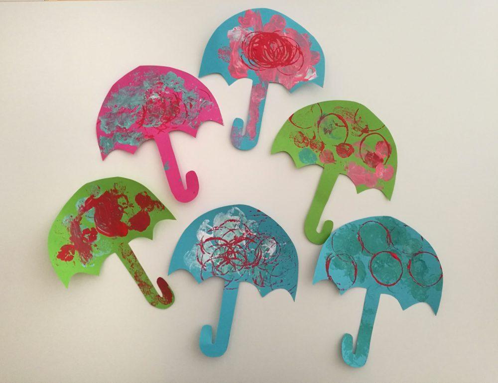 Pahville maalattuja värikkäitä sateenvarjoja