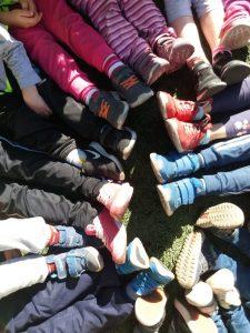 Lasten jalkoja piirissä liikuntahetken päätteeksi.